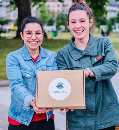 Andréa et Maéva qui presentent la Compet' Box