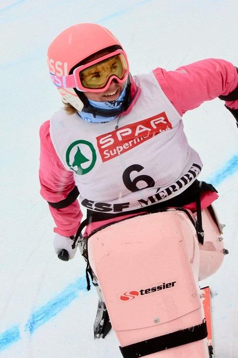 Véronique Senac en train de descendre une piste de ski