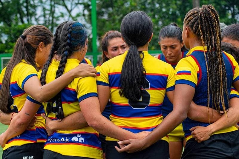 Joueuses colombiennes réunies en groupe sur le terrain
